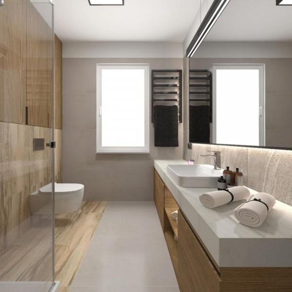 Podłużna łazienka z kabiną oraz płytkami drewnopodobnymi