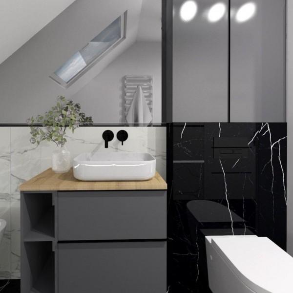 Klasyczne połączenie białego oraz czarnego marmuru w łazience na poddaszu