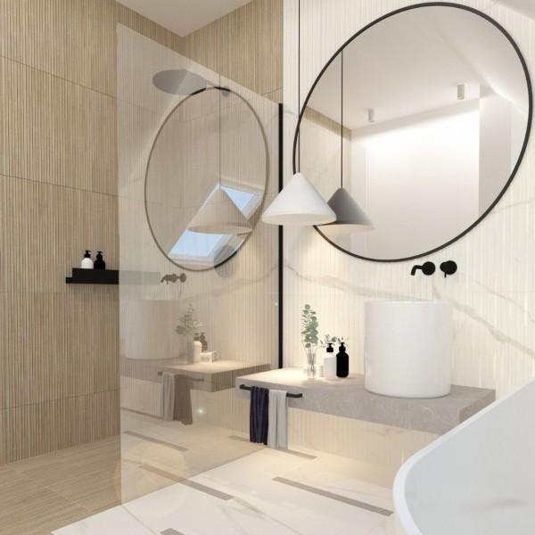 Jasna łazienka na poddaszu z kabiną walk-in i wanną wolnostojącą!