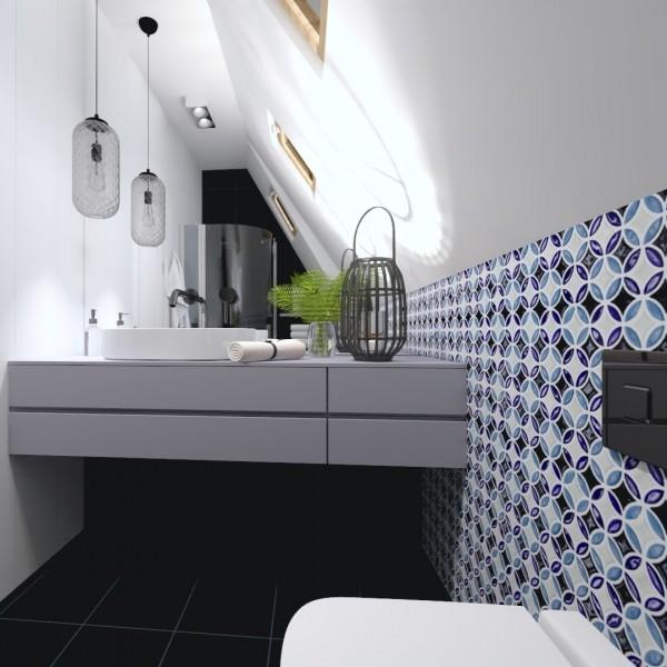 Mała łazienka na poddaszu z prysznicem i patchworkiem w roli głównej
