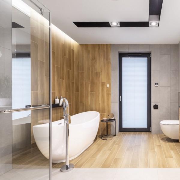 Duża łazienka z płytkami drewnopodobnymi i wanną wolnostojącą!