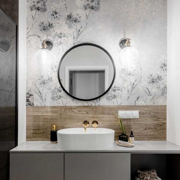 Nowoczesna łazienka ze złotą armaturą